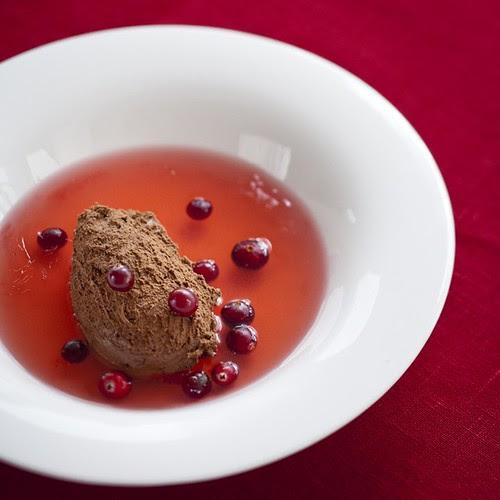 Chocolate mousse with cranberry soup / Šokolaadivaht jõhvikakisselliga
