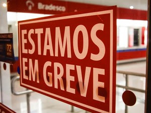 Sindicato dos Bancários de Curitiba e região faz colagem de adesivos da greve na fachada da agência do Bradesco, em Curitiba (PR), na noite de segunda-feira (5) e madrugada de terça (6), início programado para a greve (Foto: Joka Madruga/Futura Press/Estadão Conteúdo)
