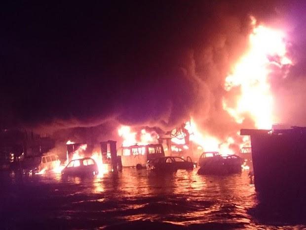 Carros em chamas após explosão de posto de gasolina em Acra, na noite de quarta-feira (3) (Foto: Reprodução/Twitter/Walter E. Adamah)