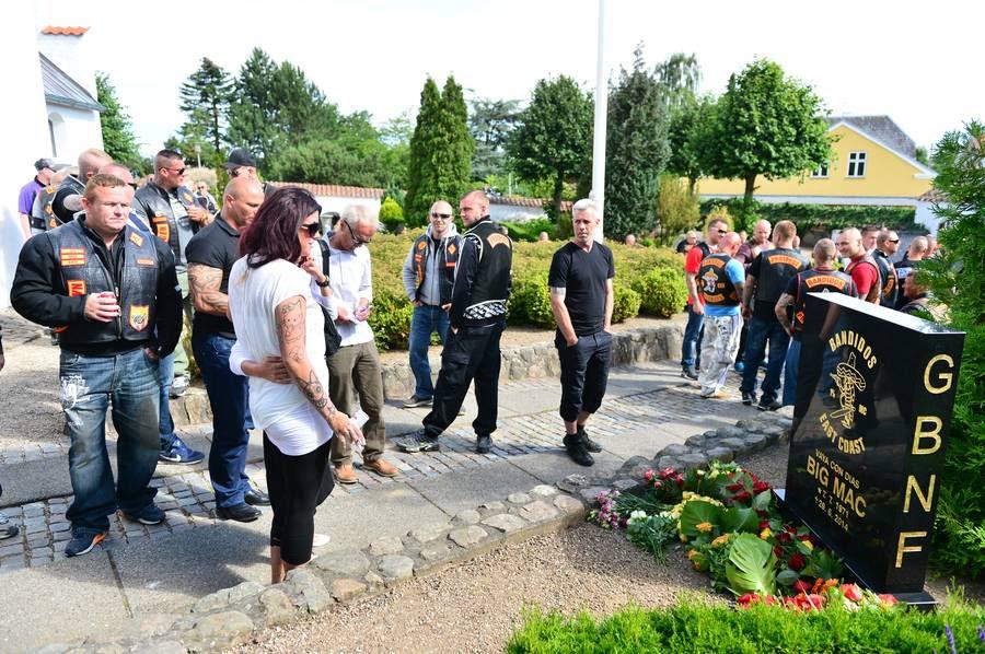 Der er blevet lavet noget af en stave-bommert på 'Big Macs' gravsten (Foto: Henning Hjorth)