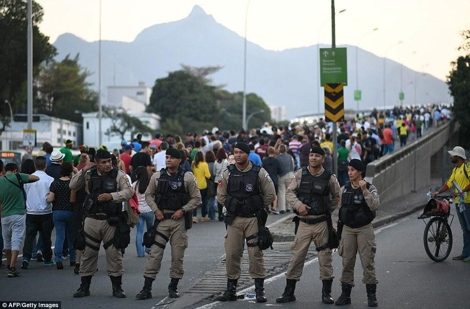 Demonstração de força: Exército do Brasil tem implantado milhares de soldados para fazer o backup da polícia ao redor do estádio e os outros locais olímpicos, por medo de protestos e terrorismo