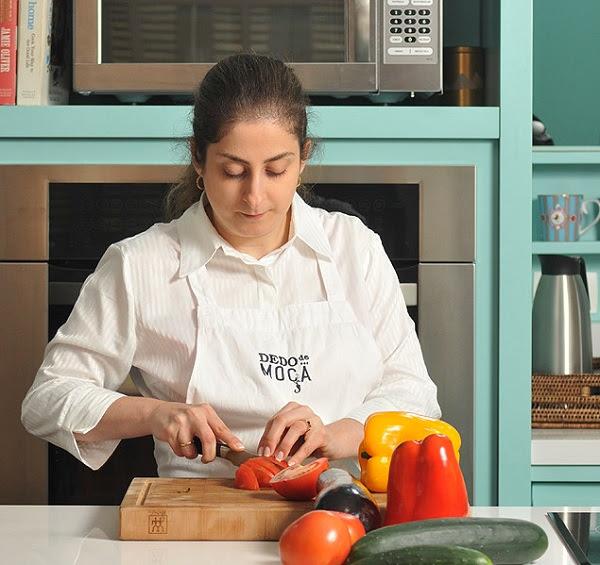 A musicoterapeuta Helena D'Angelo manipula alimentos na cozinha Dedo de Moça, em São Paulo