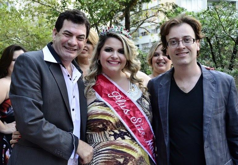 O designer de joias Denis Moraes (que desenhou a coroa da vencedora), a campeã do concurso, Vanessa Pichinin, e a organizador do evento, Adilton Amaral