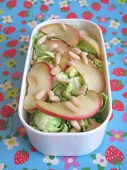 Insalata di cavoletti, mele e pinoli (lato salato)