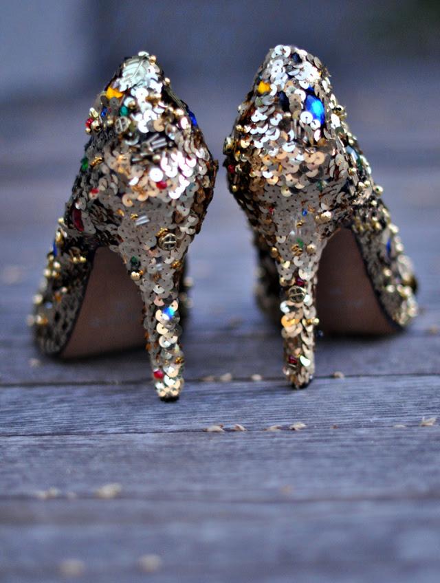 Süslenmiş ayakkabı diy + altın payetler ve mücevher dolce ve gabbana ayakkabı diy pompaları