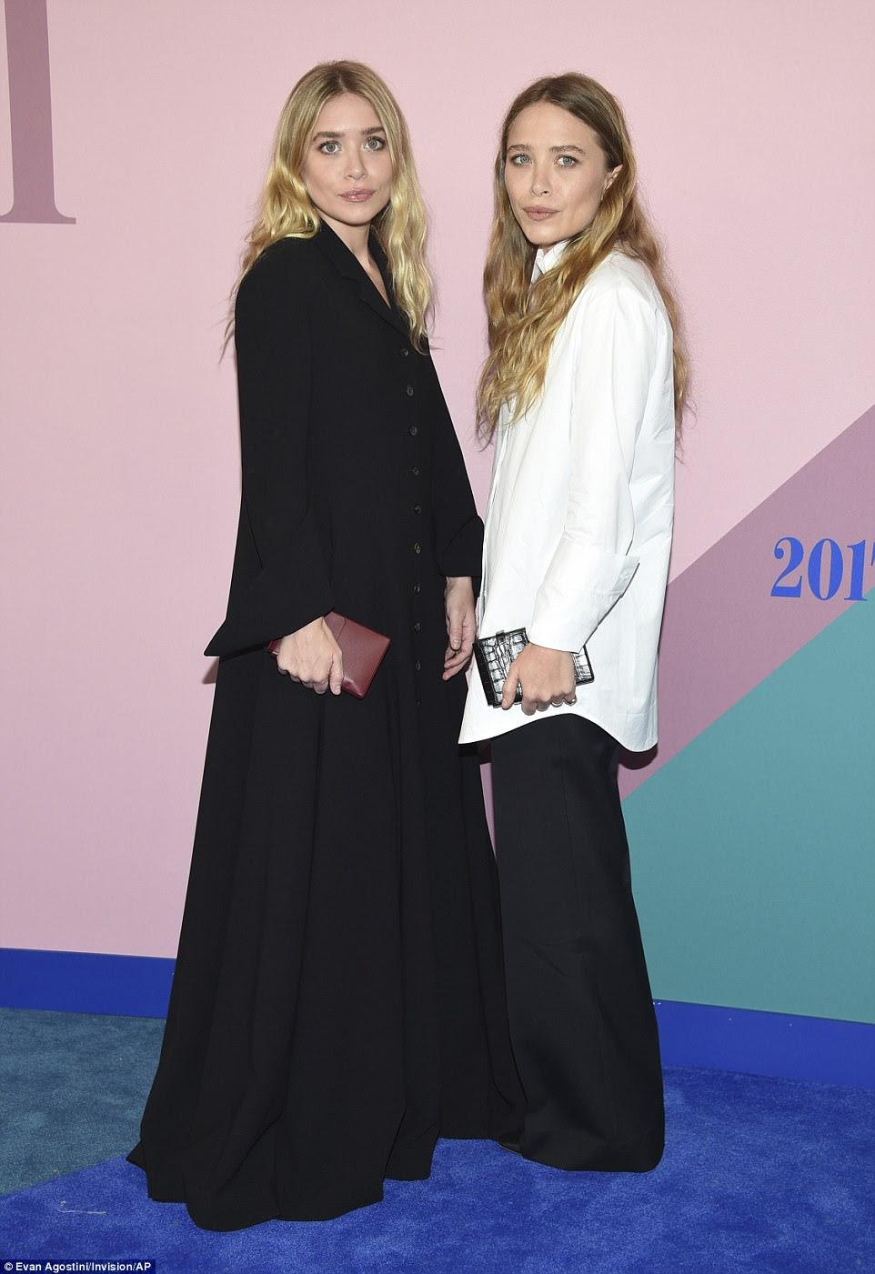 Double take: Atrizes e estilistas Ashley (L) e Mary-Kate (R) Olsen coordenadas em preto e branco