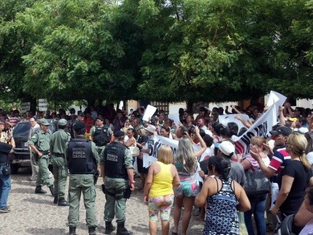 População fez protesto em frente ao Fórum de Ipu (Foto: Fagner Freire/Arquivo Pessoal)