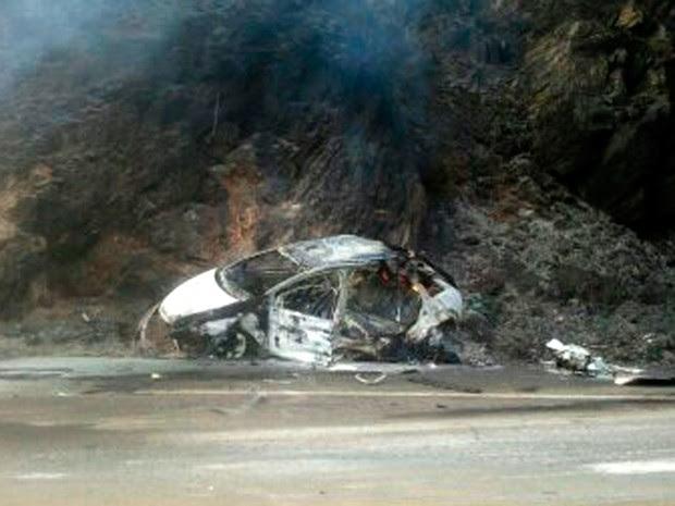 Após batida, veículos pegaram fogo na BR-116, na Zona da Mata de Minas Gerais (Foto: Divulgação / Polícia Rodoviária Federal)