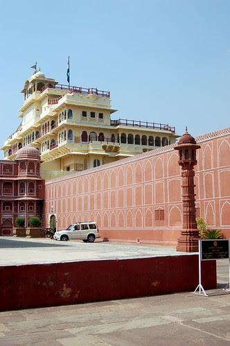 Blick vom Stadtpalast auf den Mondpalast, der weiß hinter der rosa Mauer zu sehen ist