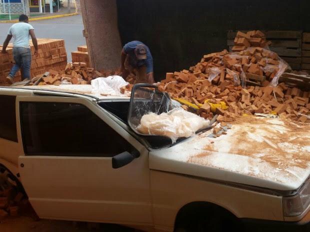 Carro ficou praticamente destruído ao ser atingido por tijolos (Foto: Romeu Neto/ TV TEM)