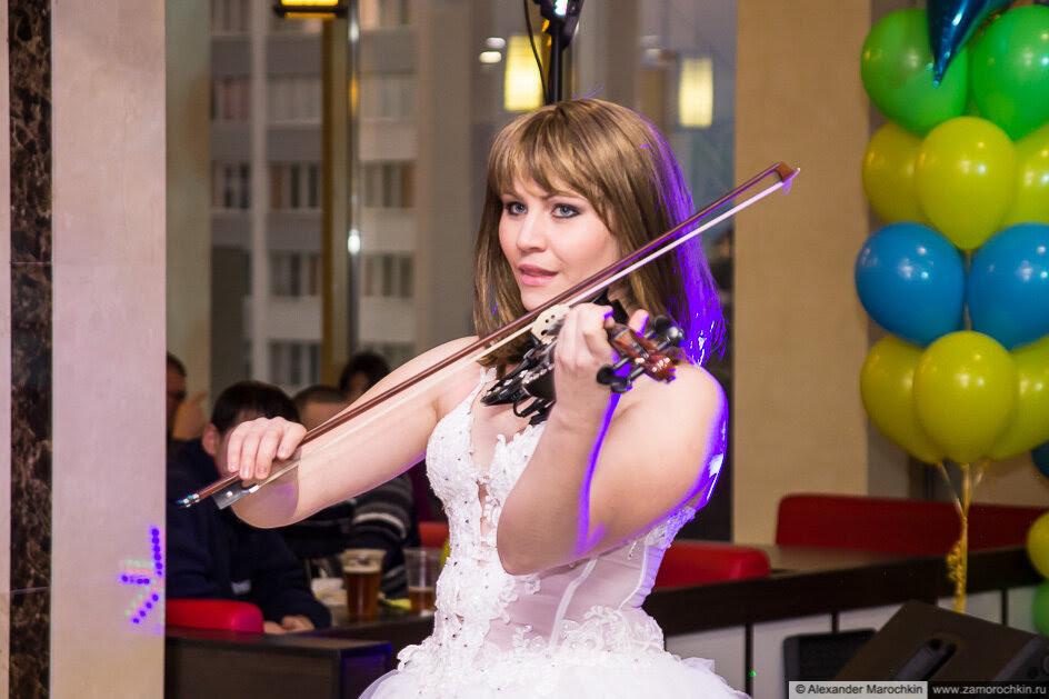 Скрипачка играет на скрипке. День рождения ТРЦ РИО