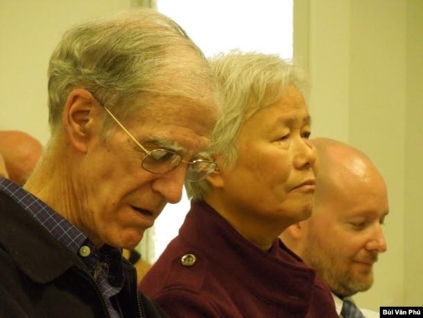 Giáo sư John Schafer, bên trái, và hiền thê Cao Thị Như Quỳnh và Ryan Nelson (ảnh Bùi Văn Phú)