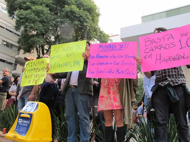 Cartazes na Av. Angélica (Foto: Roseane Aguirra/G1)