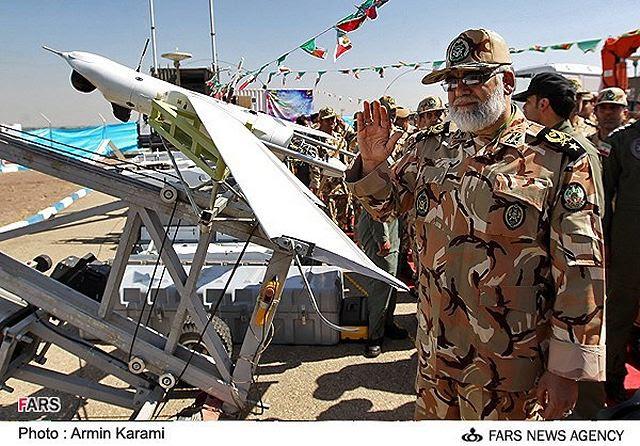La Fuerza Terrestre iraní reveló última drone de combate de fabricación casera del país llamado 'Yasir' on Sábado, 28 de septiembre 2013. El zumbido se dio a conocer en un acto al que asistieron el comandante del Ejército iraní Fuerza Terrestre general de brigada Ahmad Reza Pourdastan.