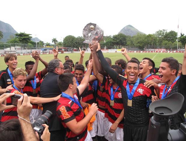 Jogadores do Flamengo erguem troféu do OPG (Foto: Fábio Leme/ GLOBOESPORTE.COM)