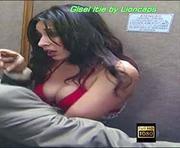 Gisel Itie sexy usando um biquini e lingerie