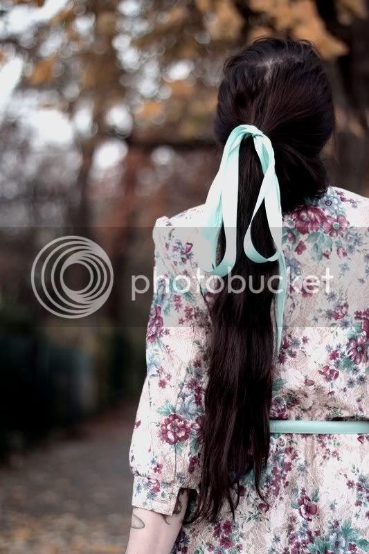 vintage blumenkleid 2nd hand kleid blumen rosen gürtel hellblau türkis gold schleife haar lange haare pferdeschwanz