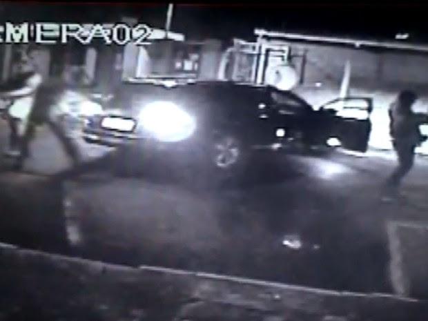 Câmera registra Integrantes da quadrilha que atacou a Protege atirando com fuzis em Campinas (Foto: Reprodução / EPTV)