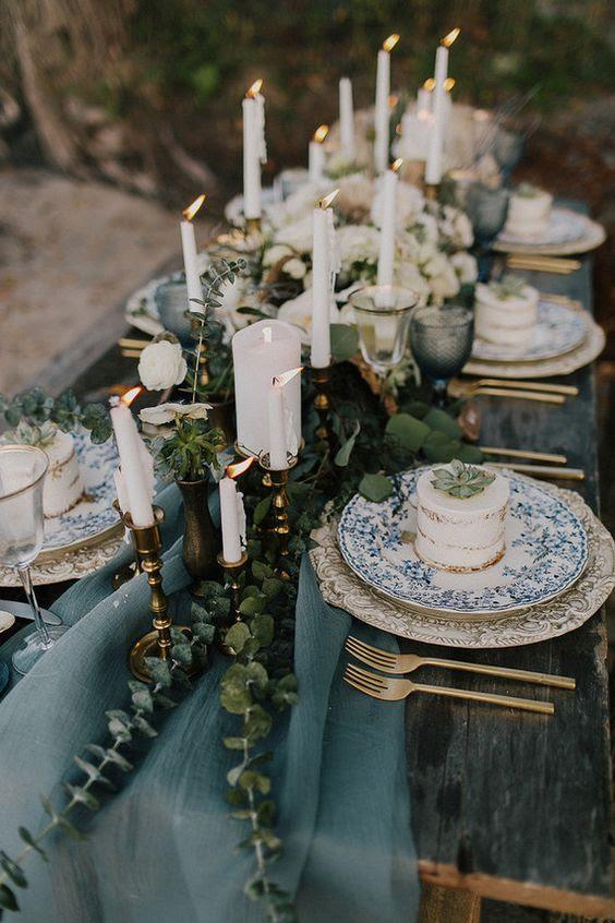ein gedämpftes blau Tischläufer mit Eukalyptus für einen winter-Küsten Hochzeit