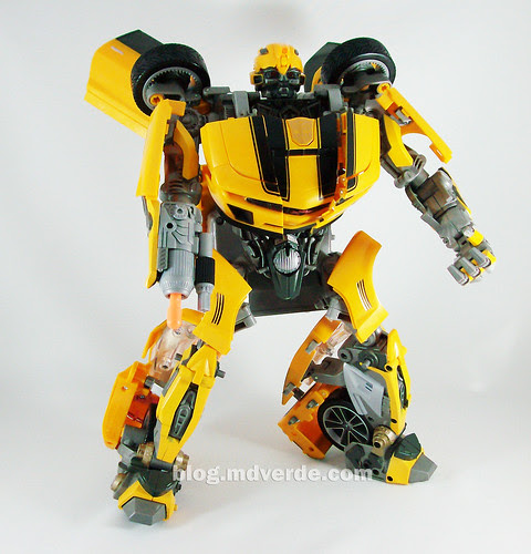 Transformers Bumblebee RotF Ultimate Battle Charged - modo robot