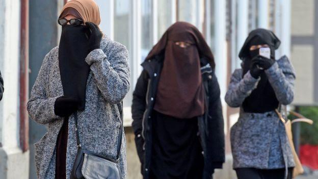 Women arrive for the verdict in Celle on 26 Jan