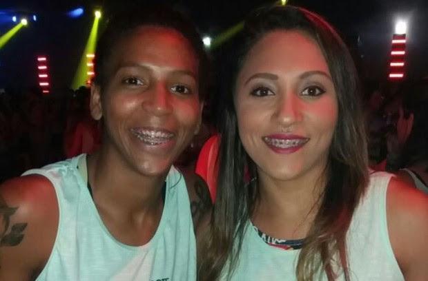 Rafaela Silva com a namorada no Carnaval de Salvador (Foto: Lucas Pasin / EGO)