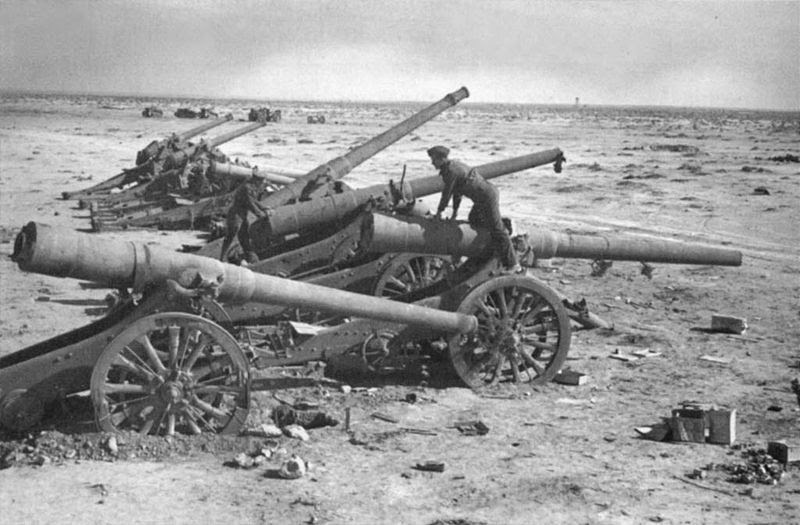 File:Italian battery of 149-35 and 120-25 guns captured by the British.jpg