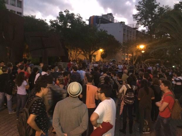 Manifestantes protestam a favor do governo federal na PUCRS, em Porto Alegre (Foto: Estêvão Pires/RBS TV)