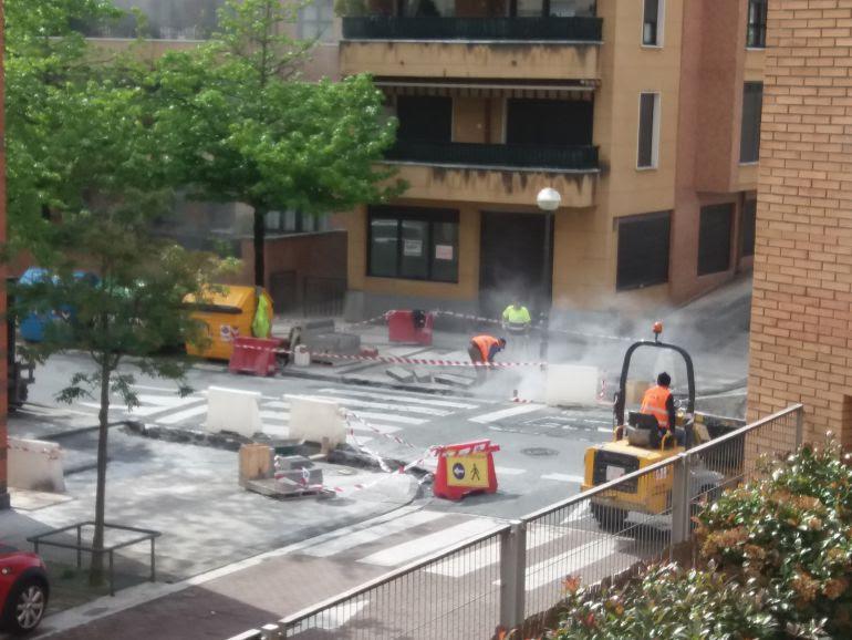Obras de elevación del paso de peatones en la calle Puiana.