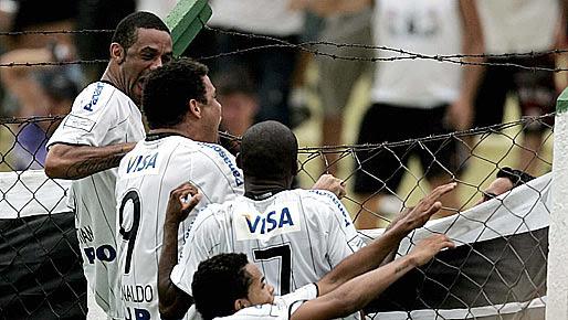 http://corinthiansfenomenal.files.wordpress.com/2009/07/ronaldo-alambrado.jpg