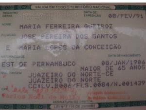 Dona Mocinha tem dois documentos com duas datas de nascimento (Foto: Glauco Araújo/G1)