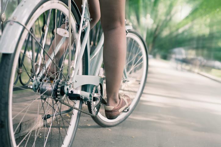 xe đạp thành phố cổ màu xanh, khái niệm cho hoạt động và lối sống lành mạnh
