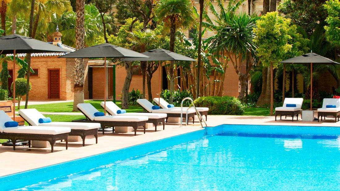 Cuando el sol luce en todo su esplendor sobre la ciudad, nada mejor que un refrescante y relajante baño en la piscina del hotel, mientras saborea un cocktail o un snack de nuestra carta.