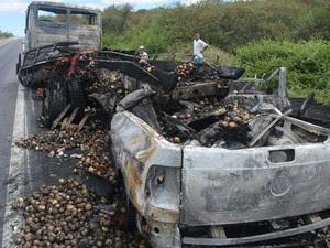 Veículos ficaram destruídos após batida e incêndio na Bahia (Foto: João Carvalho/Portal Jaguarari.com)