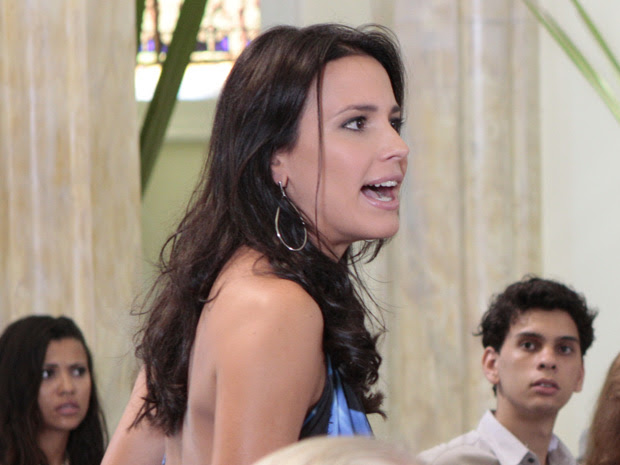 A recepcionista da Fashion Moto arma um barraco na igreja (Foto: Fina Estampa/TV Globo)