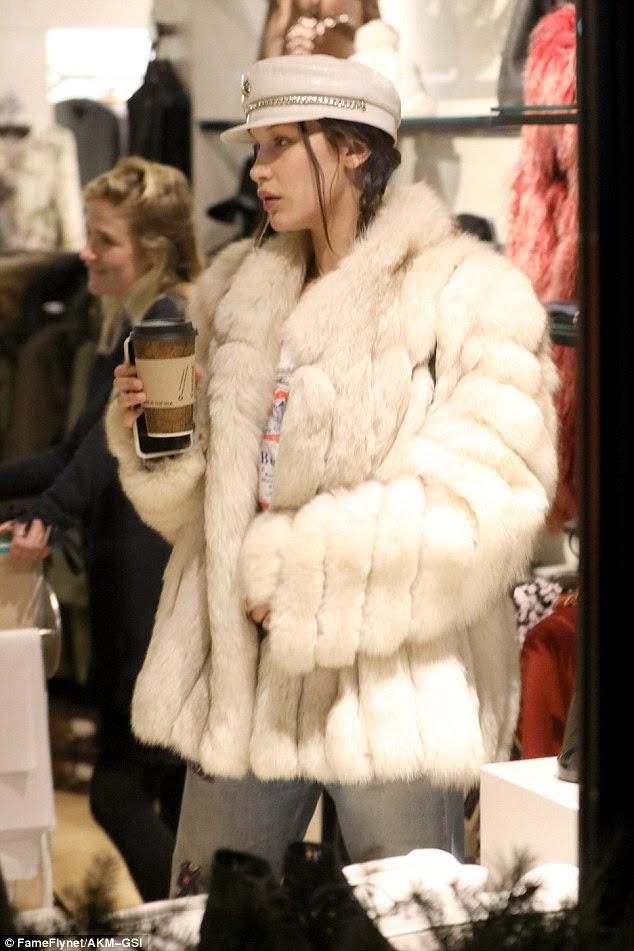 Creme de café: Bella fez uma declaração com um casaco de peles gigante creme para evitar o frio