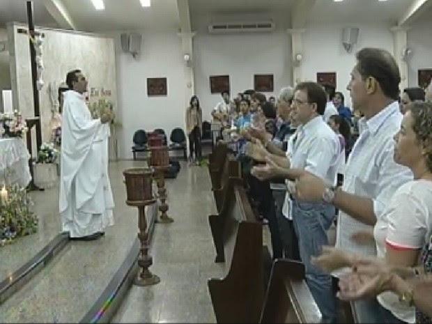 Na igreja católica, fiéis suspenderam cumprimento (Foto: Reprodução/TV TEM)