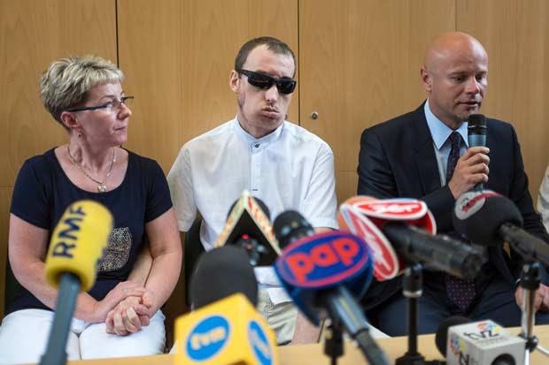 Primeiro homem a receber transplante de face na Polônia tem alta. (Foto: AFP Photo/Bartek Wrzesniowski)