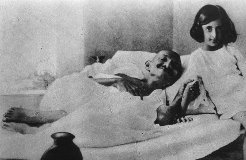 Ficheiro:Gandhi and Indira 1924.jpg