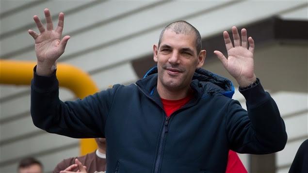 Gino Odjick vient rencontrer des partisans à l'extérieur d'un hôpital de Vancouver.