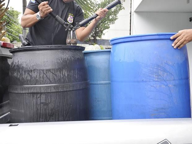 Policiais também encontraram tonéis de líquido que aparentava ser solvente. (Foto: Denise Soares/ G1)
