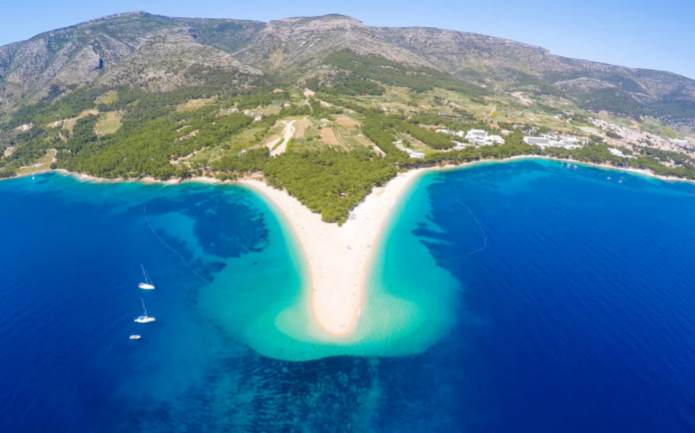 Zlatni Rat (Croacia) Zlatni Rat o el Cabo de Oro, es una legua terrestre situada a unos dos kilómetros al oeste de la ciudad portuaria de Bol, en la costa sur de la isla croata de Brac, en la región de Dalmacia.