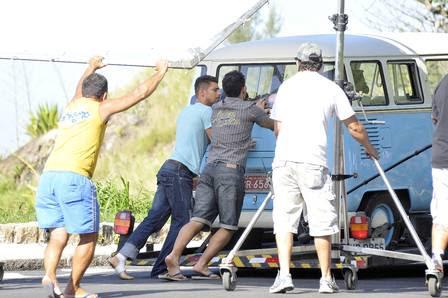Cauã Reymond é flagrado com o pé machucado em gravação de 'Avenida Brasil'