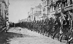 English: American troops in Vladivostok paradi...