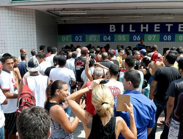 torcida faz fila para comprar ingressos para o jogo do flamengo contra o guarani