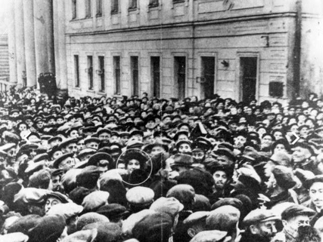 En 1948, Golda Meir devant la synagogue de Moscou