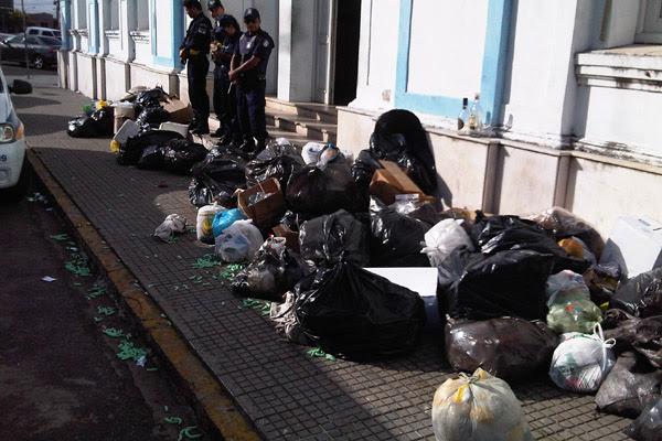 Guardas municipais tomam conta da entrada da prefeitura para que lixo não seja despejado na área interna do prédio