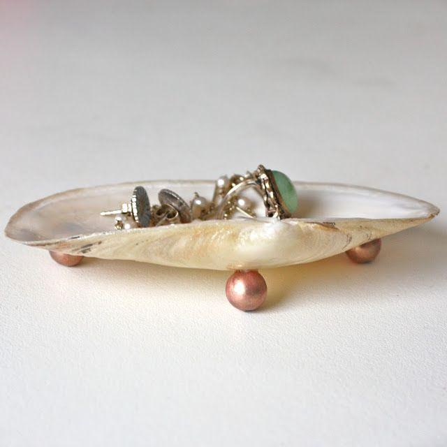 DIY: a lion's nest: Shell jewellery Holder
