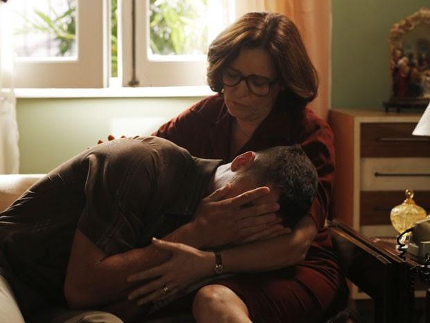 Augusta tenta consolar o filho (Foto: Carolina Caldas/Gshow )
