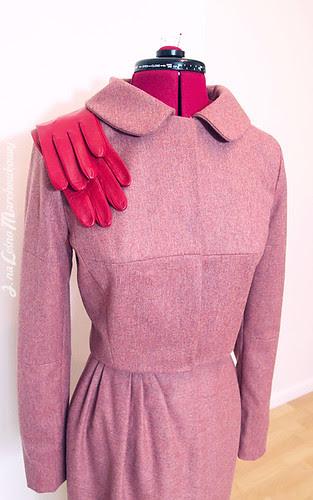 marchewkowa, szycie, krawiectwo, kostium w stylu lat 50, retro, vintage, żakiet, Burda 12/2011, model 103, asymetryczna spódnica, zakładki, flanela wełniana, rękawiczki skórzane, Ko-moda.com